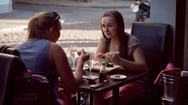Девушки в кафе - Sputnik Latvija