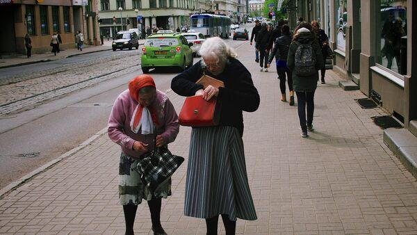 Женщины на улице в Риге - Sputnik Латвия