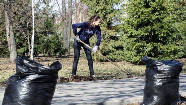 Девушка на уборке листьев - Sputnik Латвия