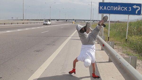 Дагестанец прошел 10 километров на руках - Sputnik Латвия