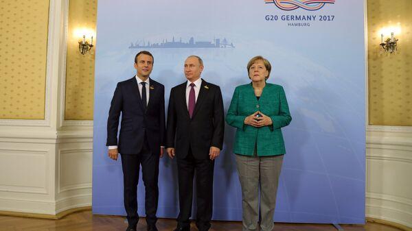 Президент Франции Эммануэль Макрон, президент РФ Владимир Путин, канцлер Германии Ангела Меркель (слева направо), архивное фото - Sputnik Latvija