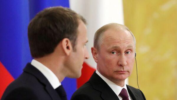 Президент РФ Владимир Путин и президент Франции Эммануэль Макрон на ПМЭФ-2018 - Sputnik Латвия