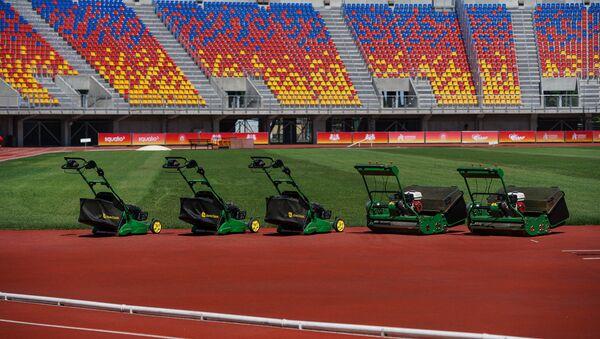 Новый газон стадиона Даугава готовится принять игры сборной Латвии по футболу - Sputnik Латвия