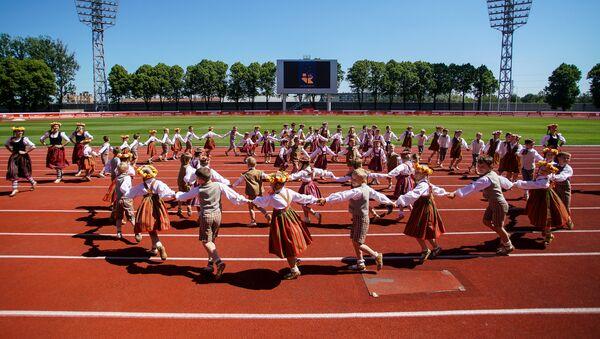 Выступление детского танцевального коллектива на стадионе Даугава в преддверии Праздника песни и танца - Sputnik Латвия