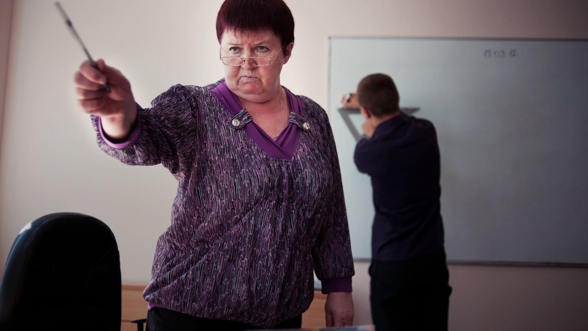 Преподаватель математики во время урока - Sputnik Латвия, 1920, 30.09.2021