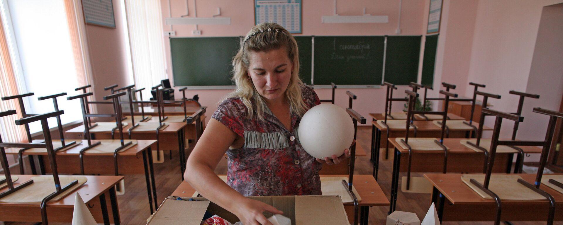 Учитель в классе математики - Sputnik Латвия, 1920, 17.09.2021