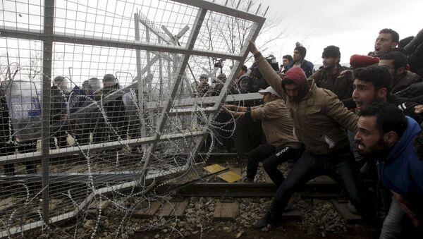 Мигранты пытаются обрушить часть границы во время акции протеста - Sputnik Латвия