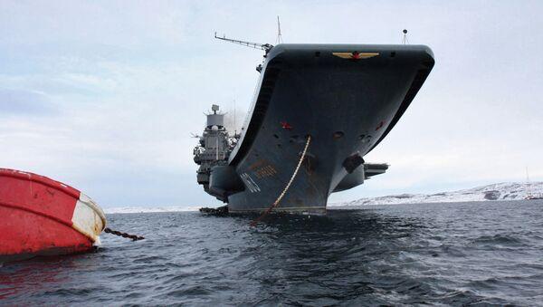 Тяжелый авианесущий крейсер (ТАВКР) Адмирал Кузнецов на рейде в порту Североморска - Sputnik Латвия