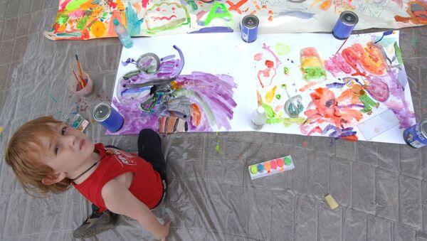 Ребенок рисует - Sputnik Латвия
