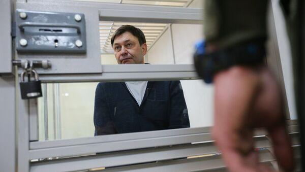 Руководитель портала РИА Новости Украина Кирилл Вышинский во время рассмотрения апелляции на арест в Херсонском зале суда - Sputnik Latvija