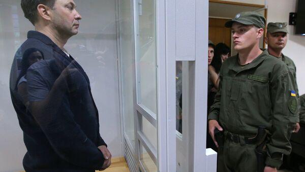 Руководитель портала РИА Новости Украина Кирилл Вышинский (слева) во время рассмотрения апелляции на арест в Херсонском зале суда - Sputnik Latvija