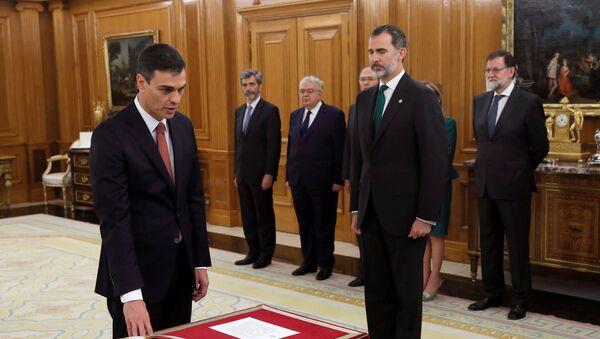 Новый премьер-министр Испании и лидер Социалистической рабочей партии Педро Санчес принес присягу в королевском дворце Сарсуэла. 2 июня 2018 г. - Sputnik Latvija