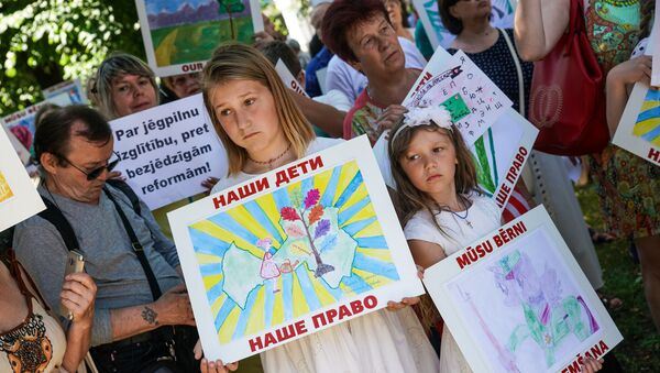 Акция в защиту русских школ в Риге. 2 июня 2018 г. - Sputnik Latvija