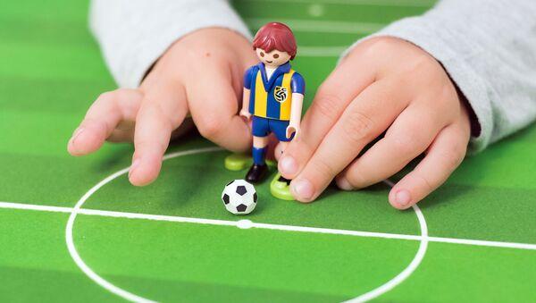 Ребенок играет в футбол - Sputnik Латвия