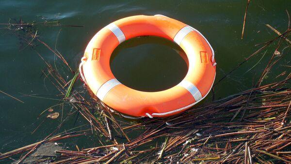 Спасательный круг на воде - Sputnik Latvija