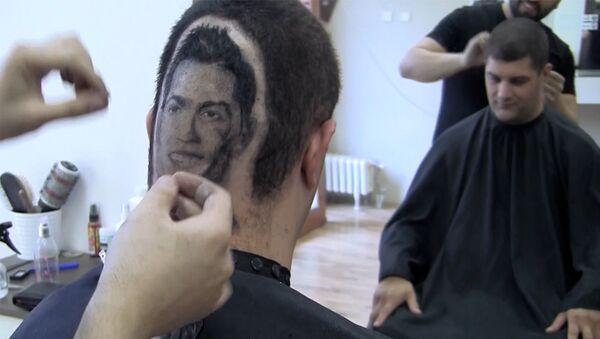Сербский парикмахер выбрил на затылке клиента портрет Роналду - Sputnik Латвия