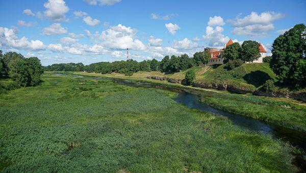 Река Мемеле и средневековый замок на холме в городе Бауска - Sputnik Латвия