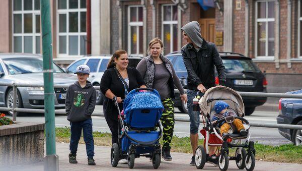 Жители Бауски с детскими колясками - Sputnik Latvija