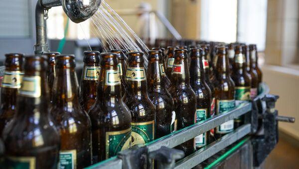 Бывшие в употреблении бутылки двигаются по  конвейеру - Sputnik Latvija