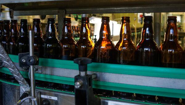 Пивные бутылки на  конвейере - Sputnik Латвия