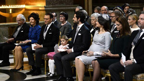 Королевская семья Швеции посещают молебен в честь новорожденного принца Оскар Карл Олоф - Sputnik Латвия