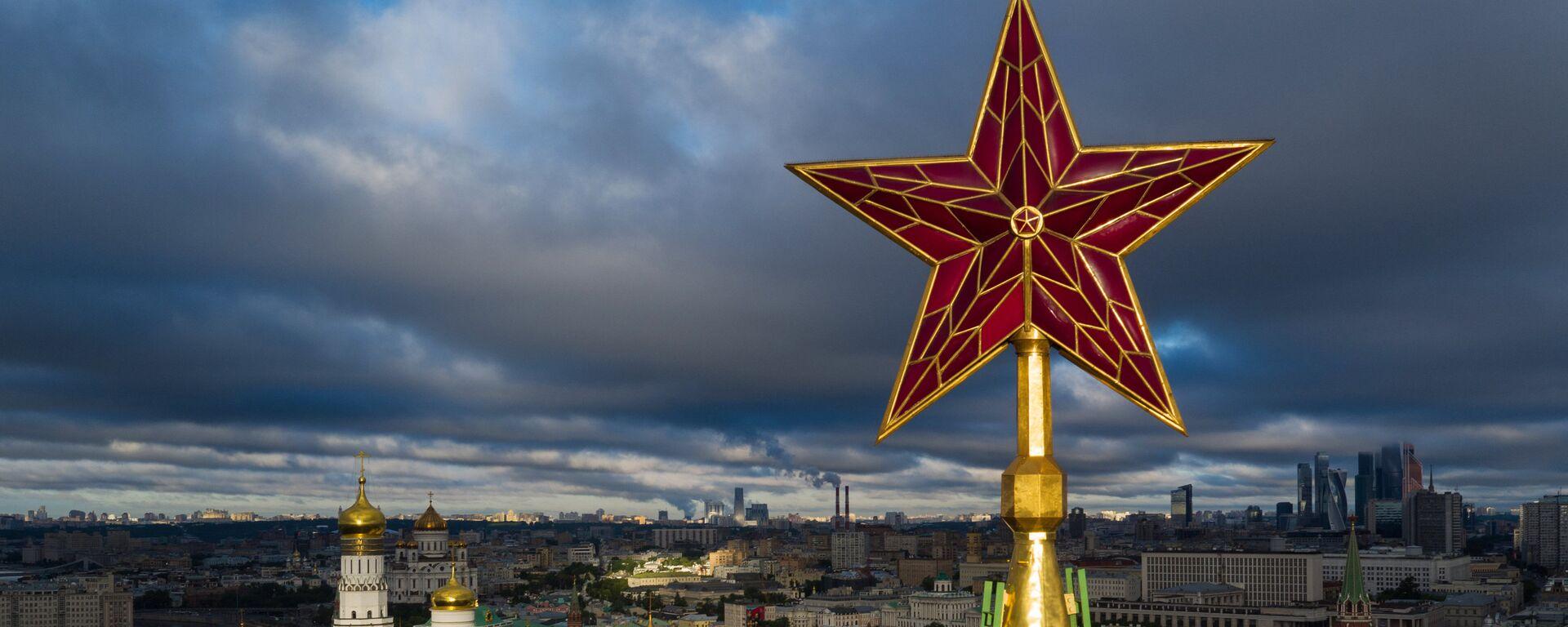 Звезда на Спасской башне Московского Кремля. - Sputnik Латвия, 1920, 22.06.2021
