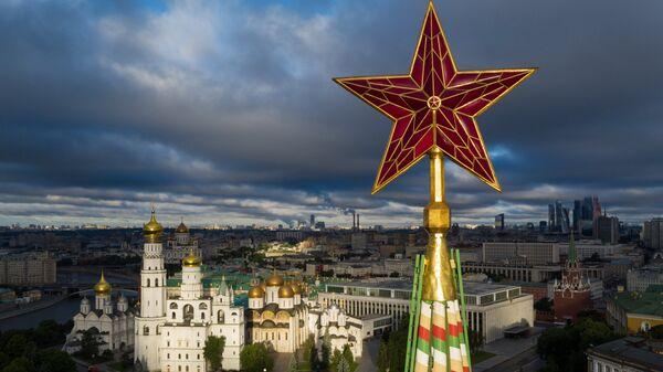 Звезда на Спасской башне Московского Кремля. - Sputnik Латвия