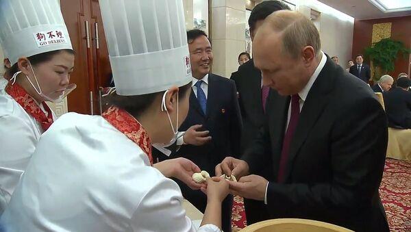 Путин приготовил китайские блины и пельмени - Sputnik Latvija