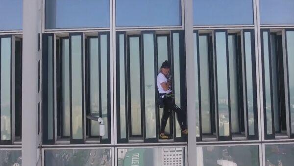 Человек-паук попытался взобраться на небоскреб в Сеуле - Sputnik Латвия