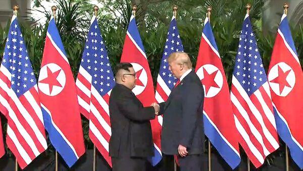 Лидеры США и Северной Кореи обменялись рукопожатием на саммите в Сингапуре - Sputnik Латвия