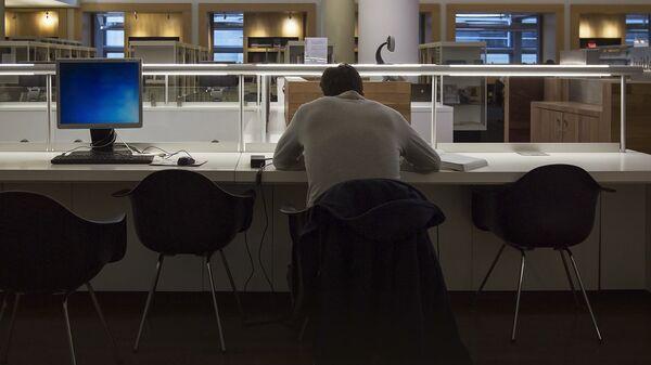 Мужчина в пустом офисе - Sputnik Латвия