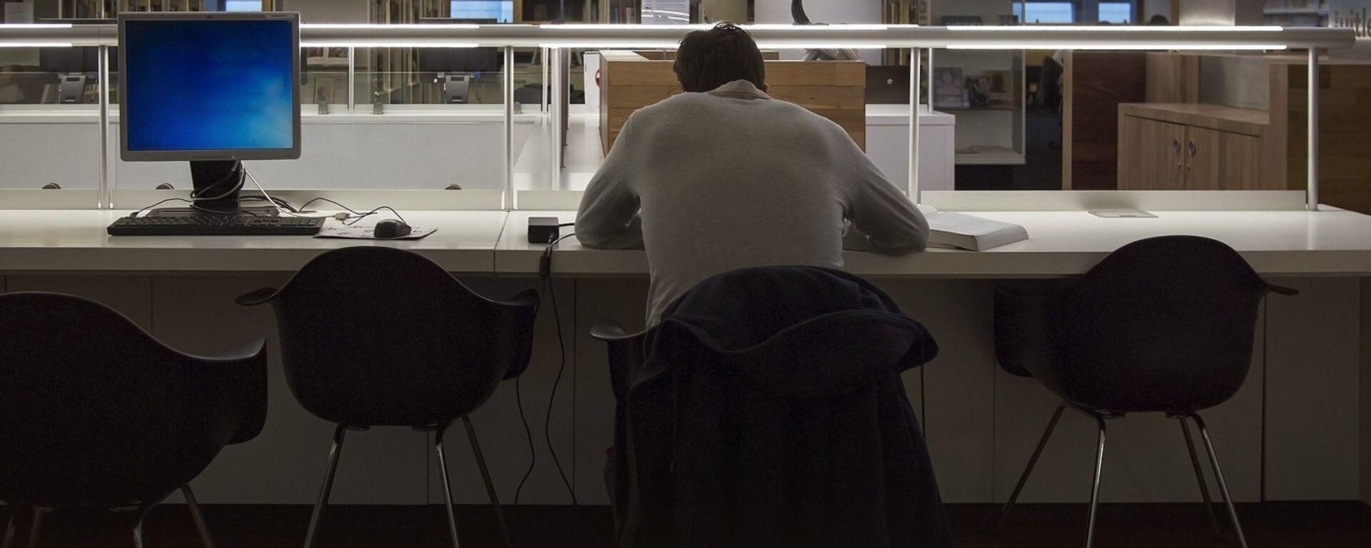 Мужчина в пустом офисе - Sputnik Латвия, 1920, 21.09.2020
