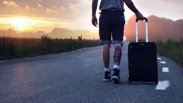 Мужчина с чемоданом - Sputnik Латвия