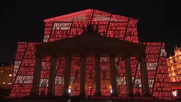 Pirms Pasaules čempionāta futbolā Lielais teātris rotājās futbola krāsās - Sputnik Latvija