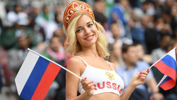 Болельщица сборной России перед матчем группового этапа чемпионата мира по футболу между сборными России и Саудовской Аравии - Sputnik Латвия