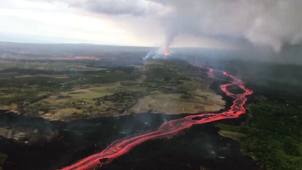 Извержение вулкана на Гавайях продолжается пятую неделю - Sputnik Латвия