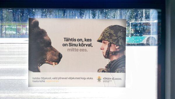 Плакат в таллинском автобусе - Sputnik Латвия