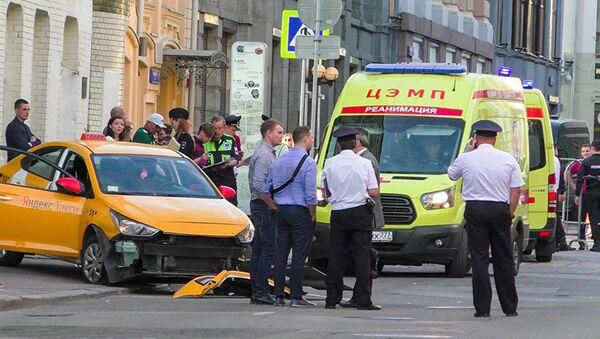Последствия ДТП с участием автомобиля такси, совершившего наезд на пешеходов на улице Ильинка в Москве. 16 июня 2018 - Sputnik Латвия