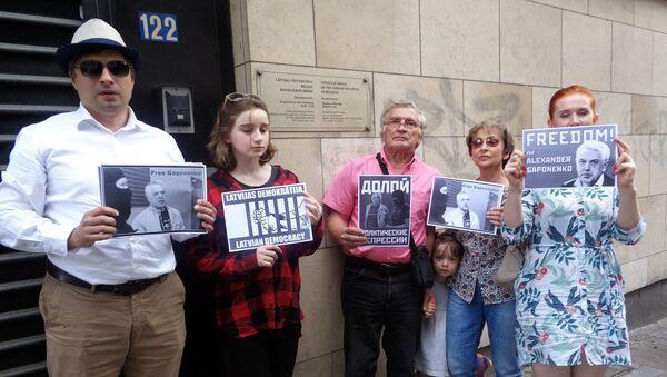 Пикет в защиту Александра Гапоненко в Брюсселе - Sputnik Латвия