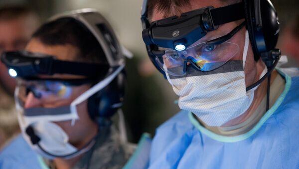 Медицинские работники во время операции - Sputnik Латвия