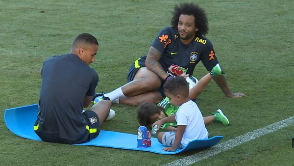 Дети бразильских футболистов играли с матрешками на стадионе в Сочи - Sputnik Латвия