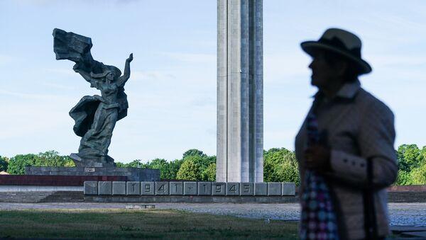 Дипломаты возложили цветы к памятнику Освободителям Риги  - Sputnik Латвия