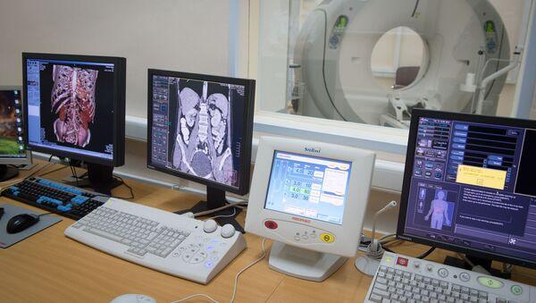 Компьютеры с изображениями результатов томографии пациентов - Sputnik Latvija