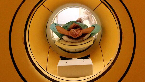 Пациент во время обследования c помощью томографа, архивное фото - Sputnik Латвия