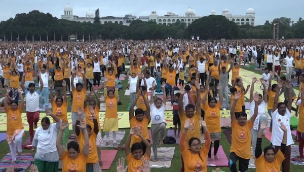 Ar pretenziju uz rekordu: Indijā vienlaikus ar jogu nodarbojās 65 tūkstoši cilvēku - Sputnik Latvija