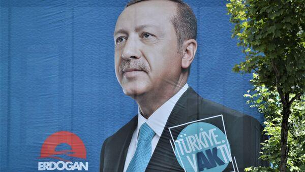 Erdogans izcīnījis dubultu uzvaru vēlēšanās Turcijā - Sputnik Latvija