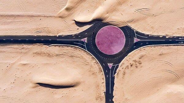 Vienu no bagātākajām valstīm pasaulē apdraud Rubelhalī tuksnesis – smiltis uzbrūk AAE transporta infrastruktūrai. Valdība cenšas pretoties tuksnesim, taču daba ir nepielūdzama - Sputnik Latvija