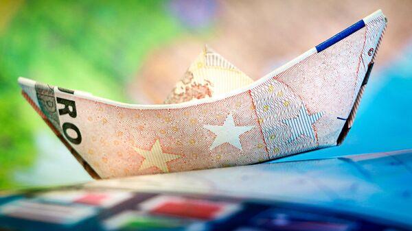 Бумажный кораблик из банкноты евро - Sputnik Latvija
