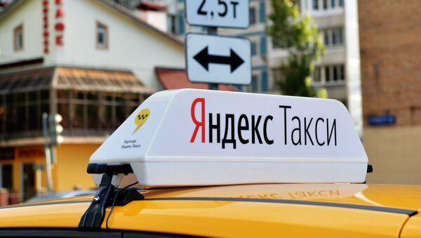 Световой короб на крыше автомобиля службы Яндекс.Такси. - Sputnik Латвия