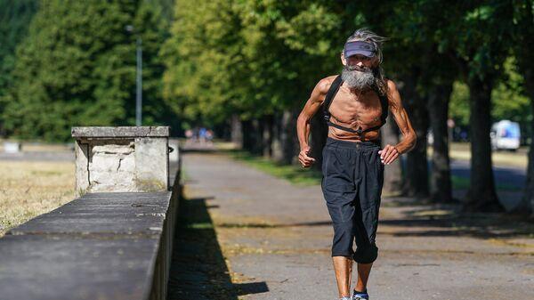 Пожилой человек бежит по парку - Sputnik Латвия
